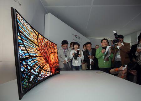 A világ első hajlított OLED TV-je a CES-en (fotó: Samsung)