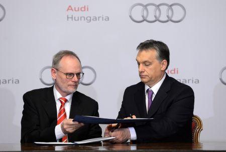 Frank Dreves, az Audi AG termelésért felelős igazgatótanácsi tagja és Orbán Viktor miniszterelnök (fotó: MTI)