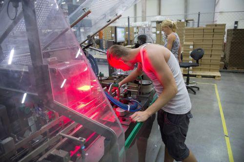 Kontaktlencséket gyártó üzem Gyálon (fotó: MTI)